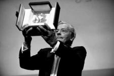 Alain Delon reçoit une Palme d'or d'honneur malgré les protestations